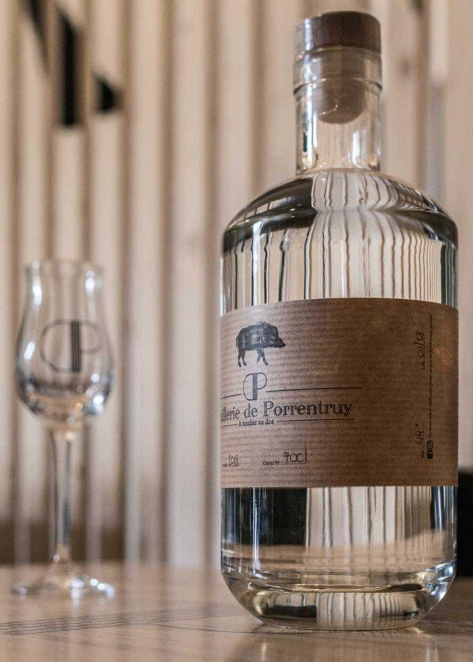 distillerie porrentruy bouteille et verre sous sanglier
