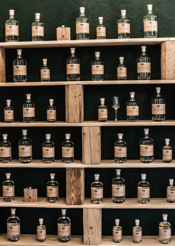 distillerie porrentruy bouteille sur étagères